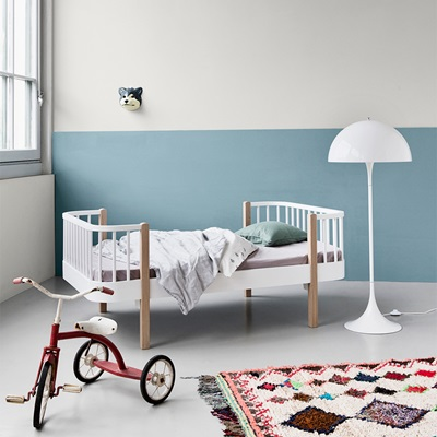 OLIVER FURNITURE LUXURY WOOD TODDLER BED in Oak & White