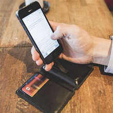 seyver-phone-charging-wallet-lifestyle1.jpg